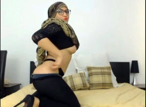 Muslim camgirl destroying her booty..